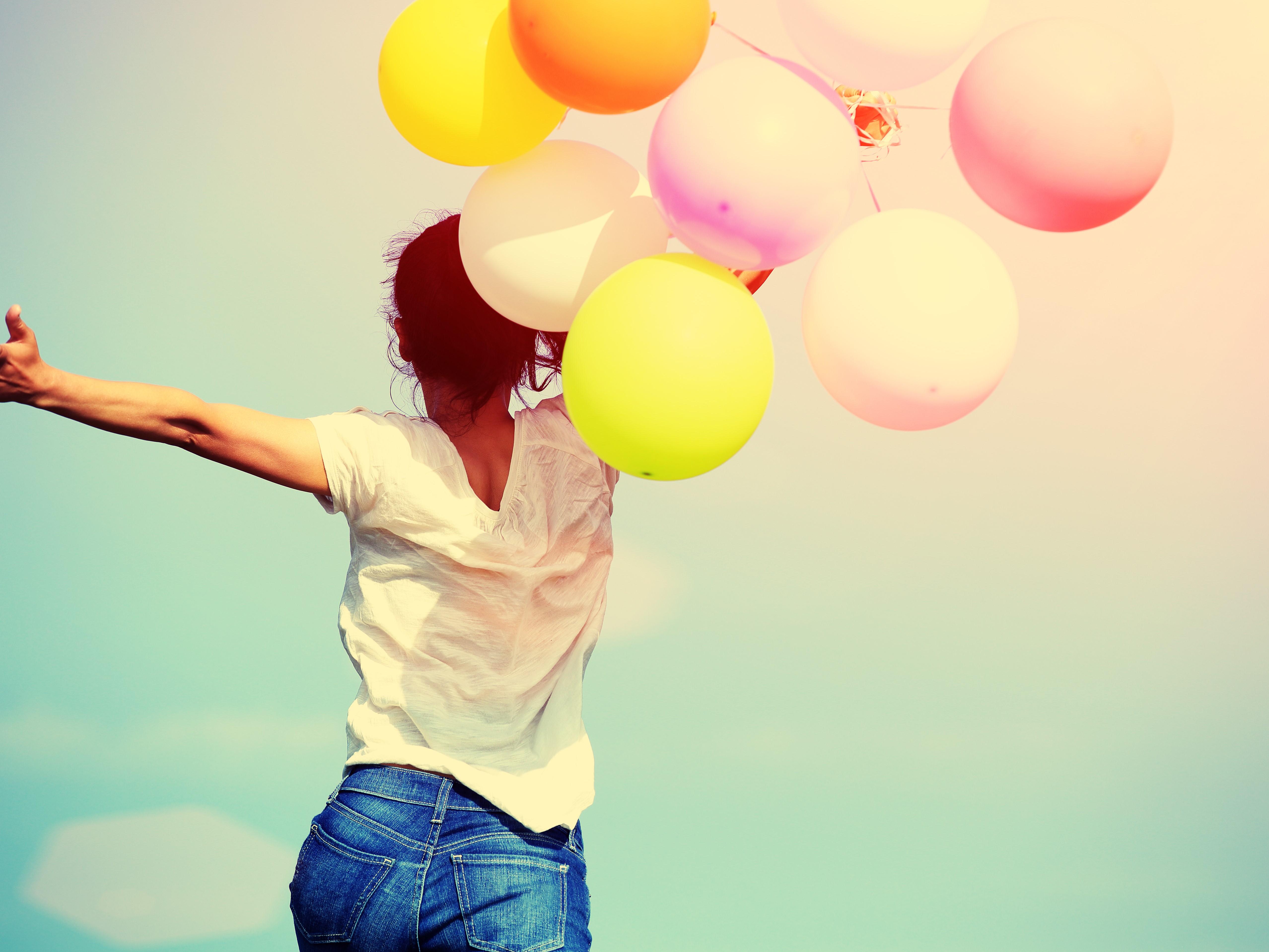 幸せな女性と風船